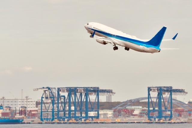 羽田空港を離陸する飛行機