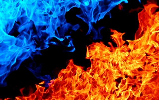 青と赤の炎の対立